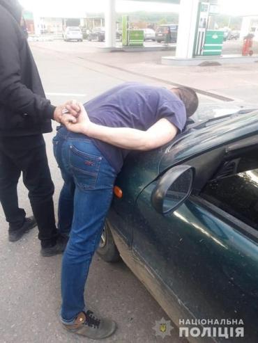 Амфетамин был уже расфасован: Полицейские в Закарпатье взяли наркоторговца на заправке