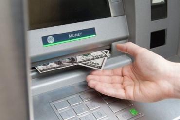 Программист незаконно снимал деньги в банкоматах более года