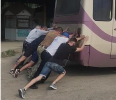 В Закарпатье пассажирам перед поездкой надо было поработать