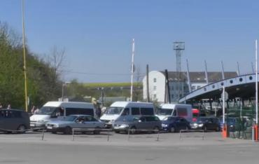 В Закарпатье границы с Венгрией и Словакией переполнены машинами