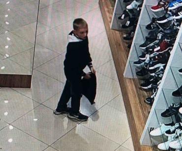 В Закарпатье камеры зафиксировали, как несовершеннолетний ворует кроссовки