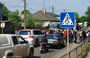 Жителі села на Закарпатті перекрили дорогу, вимагаючи приєднання до Хустської ОТГ