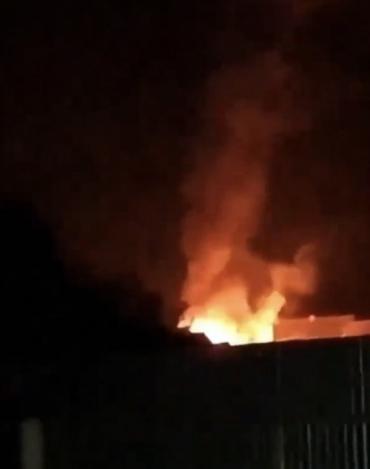 Нічне Закарпаття освітила велетенська пожежа у таборі ромів