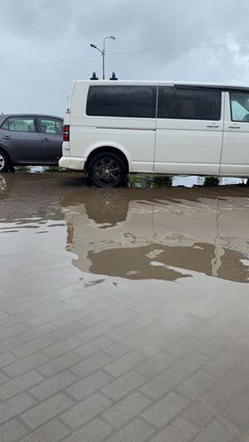 В Ужгороде возле супермаркета залило зону для парковки