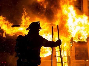 Возле Ужгорода ночью тушили пожар в трёхэтажном доме