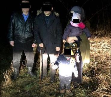 Вблизи границы на Закарпатье задержали нелегалов с маленькими детьми