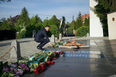 Зеленский 9 мая в Ужгороде возложил цветы к Вечному огню