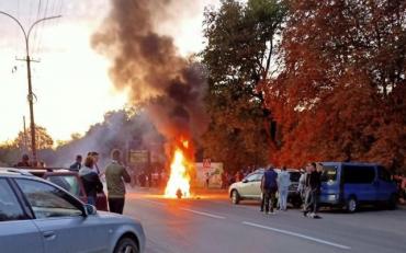 Вечірню столицю Закарпаття освітила пожежа на дорозі