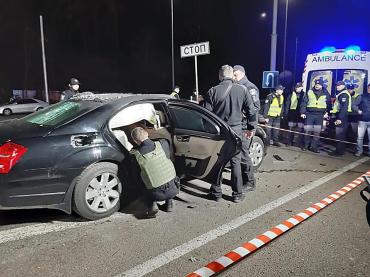 На Житомирской трассе мотоциклист кинул на крышу Mercedes взрывное устройство