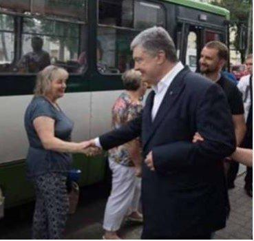 Порошенко заметили с листовками в общественном транспорте