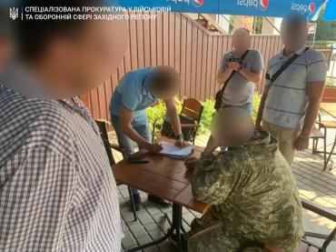 В Закарпатье офицер за щедрую сумму откосил призывника от армии