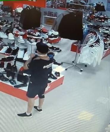 Робота спритного злодія в центрі Ужгорода потрапила на відеокамеру