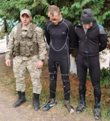 В Закарпатье водолазы у реки попались с табачной контрабандой
