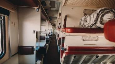 В поезде, следовавшем из Закарпатья в Киев, умер пассажир, который упал с полки