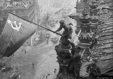 Ровно в 22 часа 50 минут 30 апреля 1945 г над Рейхстагом было водружено Знамя Победы