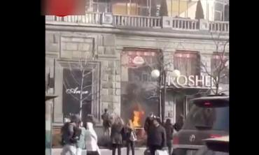 """В Киеве второй за сутки магазин """"Рошен"""" охватил огонь"""