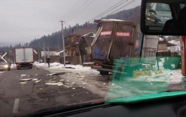 ДТП в Закарпатье: По всей дороге валяется еда, грузовик вылетел с дороги