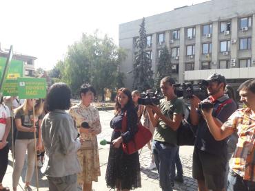 В Ужгороде возле горсовета собрались медики роддома