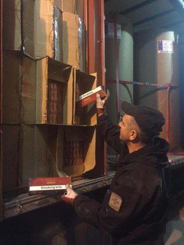 В соцсетях появилось видео с места обнаружения масштабной контрабанды табака в Закарпатье