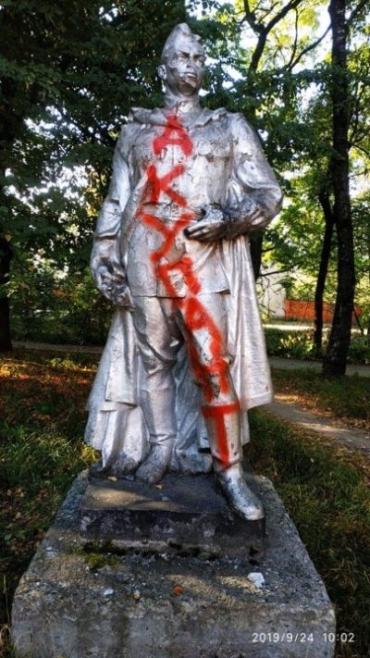 """В Закарпатье неразвитые хулиганы написали на статуе воина """"АКУПАНТ"""""""