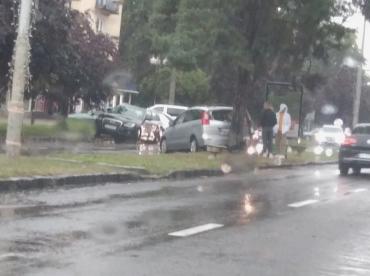 """Для водителя в Ужгороде """"встреча"""" его автомобиля с деревом была ну очень неожиданной"""