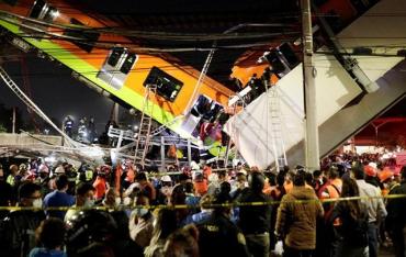 В Мехико мост метро вместе с поездом упал на стоявшие под ним автомобили.