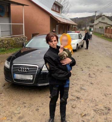 Искали всем селом: В Закарпатье 2-летняя малышка сама ушла из дома и пропала