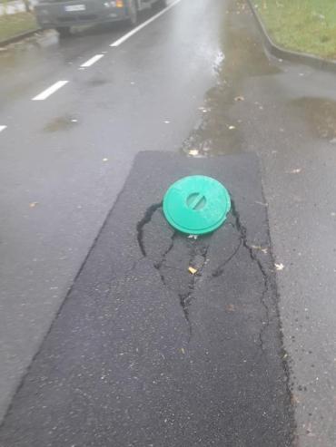Печальная картина: В Ужгороде на многострадальной улице асфальт рушится еще до начала зимы