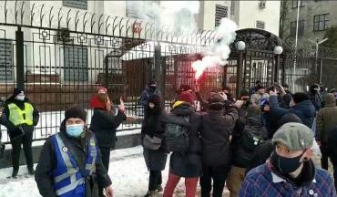 В Киеве под посольством РФ националисты разогнали акцию за Навального