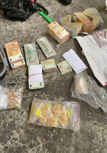 В п/п Ягодын поймали дипломата-контрабандиста с 16 кг золота, валютой и сигаретами