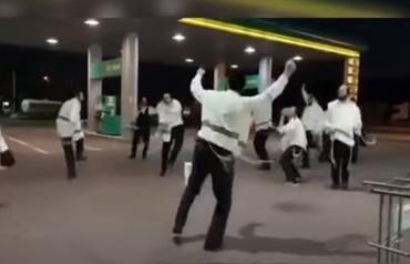 В Закарпатье хасиды решили размяться и устроили танцы на заправке