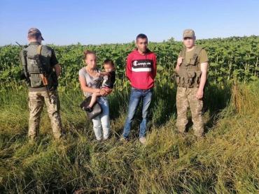 Румын нелегально вел через границу украинку с двухлетним ребенком.