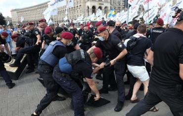 С венками и гробом: В Киеве произошли стычки протестующих ФОПов с полицией