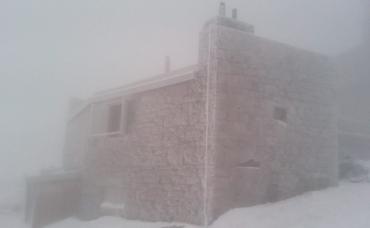 В Закарпатье густой туман осел на вершине горы Поп Иван