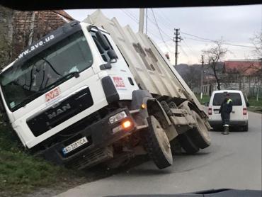 """На Закарпатье грузовик """"AVE"""" попал в ДТП"""
