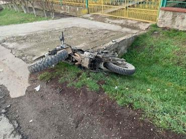 В Закарпатье 17-летний подросток, управляя мотоциклом, на полном ходу врезался в Renault