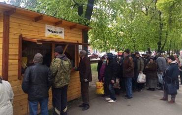 Киевский Подол, в этих будках ежедневно угощают бесплатным обедом