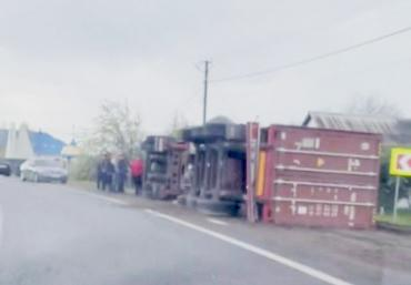 """ДТП в Закарпатье - грузовик """"улегся"""" на обочине проезжей части"""
