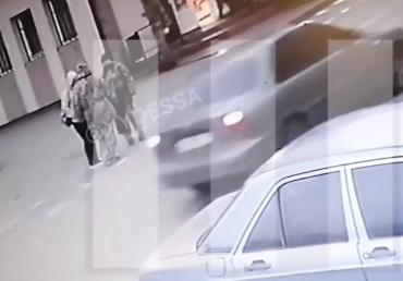 Появилось видео с камер наблюдения, где видно момент смерти вакцинированной женщины в Одессе