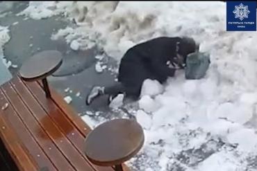 В Киеве на голову женщине упала глыба снега