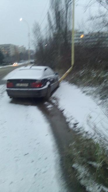 """Снег не жалеет: В Ужгороде водитель """"BMW"""" разбился об столб"""