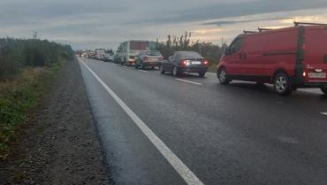 МОЛНИЯ! Автомобильные пробки образовались на въезде в бывшую столицу Закарпатья