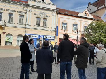 """Закарпатське Берегово щедро """"розцятковане"""" передвиборчими наметами різних політичних партій"""