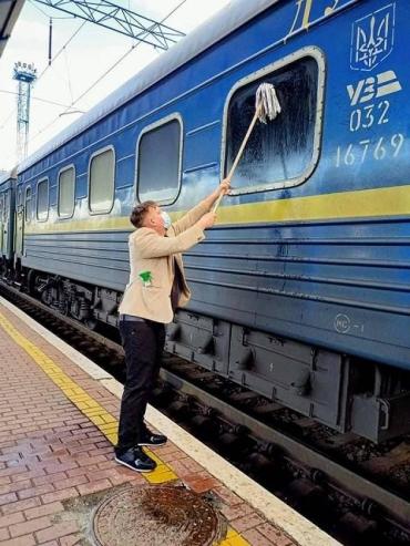 За те деньги, сколько стоят билеты на поезда, УЗ могла бы позаботиться о чистоте, - пишет датчанин