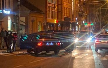 """Дорожня автопригода в Ужгороді """"звела разом"""" дві іномарки"""
