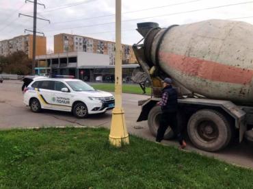 """В Ужгороде бетон """"смешивают"""" с уличным асфальтом с """"доброй воли"""" франковчан"""