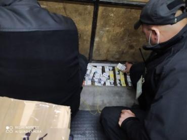 """На кордоні Закарпаття з Угорщиною в мікроавтобус знайшли """"схрон"""" з контрабандними цигарками"""