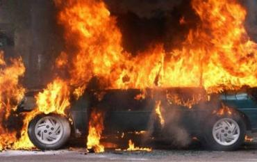 В Закарпатті на дорозі спалахнула легкова іномарка!