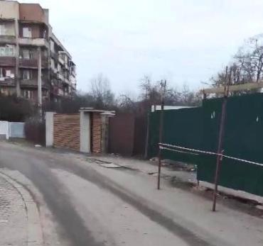 """Скандал! В Ужгороде """"развлекательное"""" строительство огородили по... улице!"""