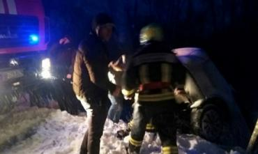В Карпатах иномарка упала с заснеженной дороги прямо на рельсы